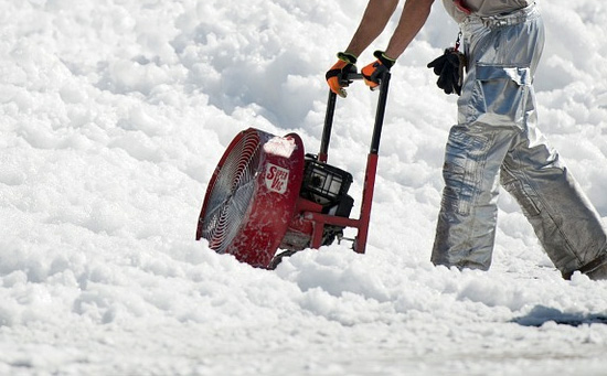 wintersaison dienstleistungen schnee r umen salz streuen schnee wegmachen. Black Bedroom Furniture Sets. Home Design Ideas
